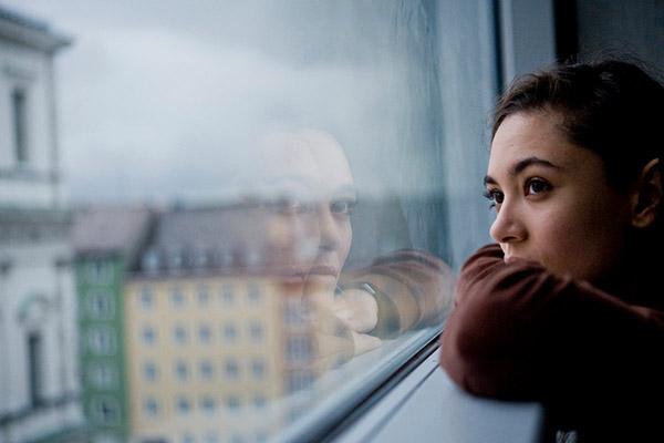 Девушке страшно находиться одной в своей квартире