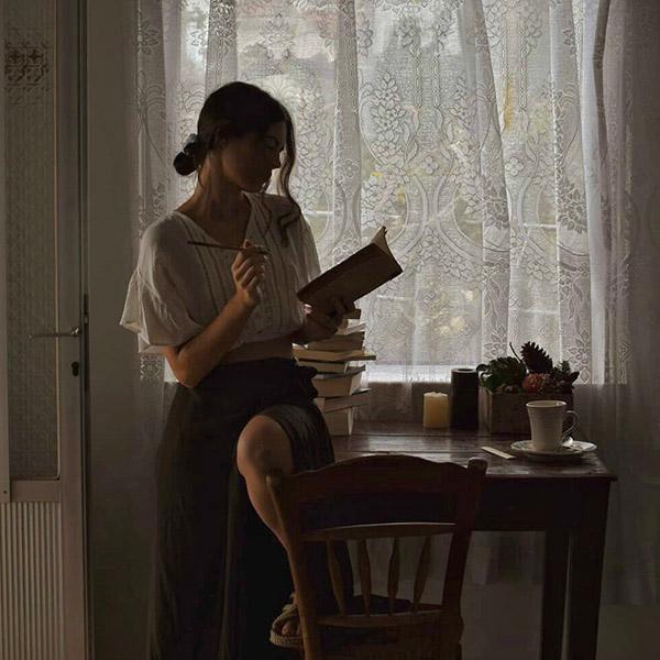 Девушка получает удовольствие от одиночества, не испытывает страха, оставшись одна в квартире