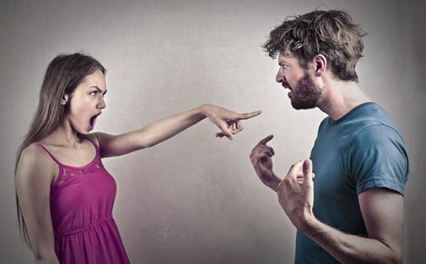 Женщина провоцирует негативную эмоциональную реакцию