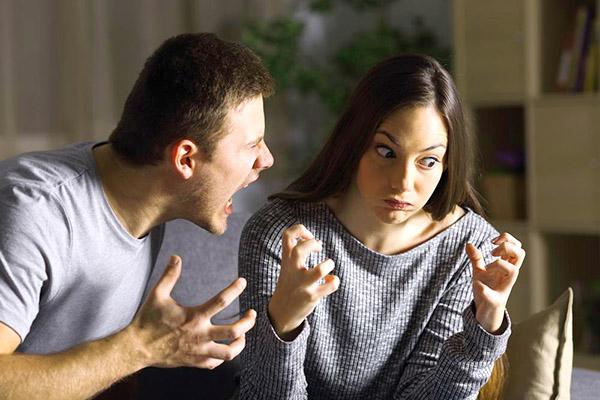 агрессия на девушку