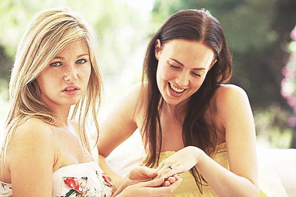 Девушка завидует богатству подруги