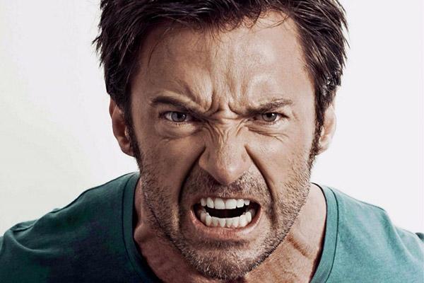 Мужчина испытывает гнев